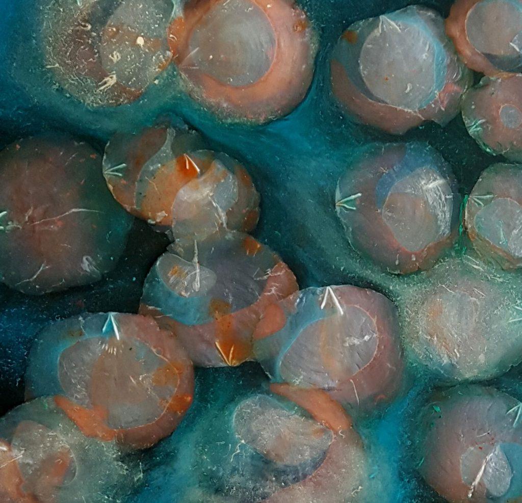 Epoxy kunst Capiz blauw zwart oranje detail 1 Antoynette Anema 55 x 55