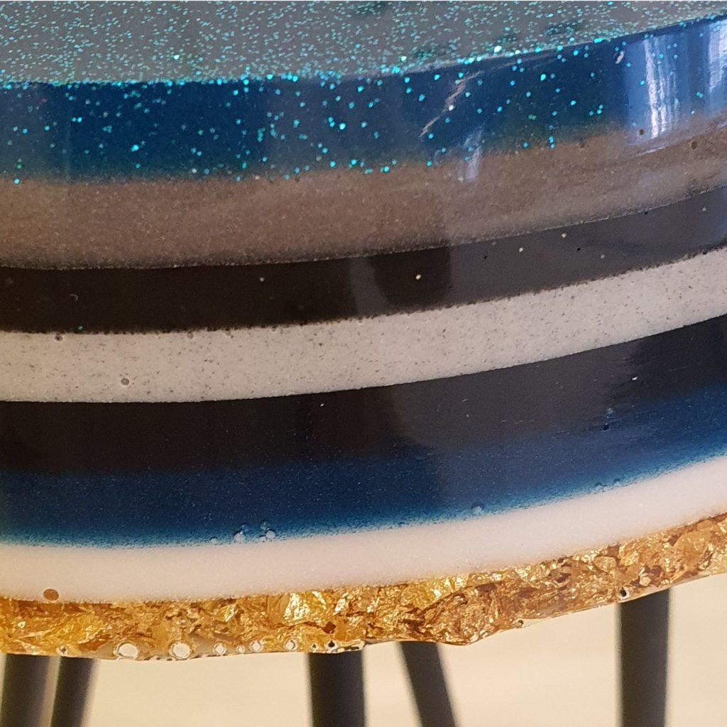 epoxy tafel krukje blauw gestreept Antoynette Anema Epoxykunst resinart det