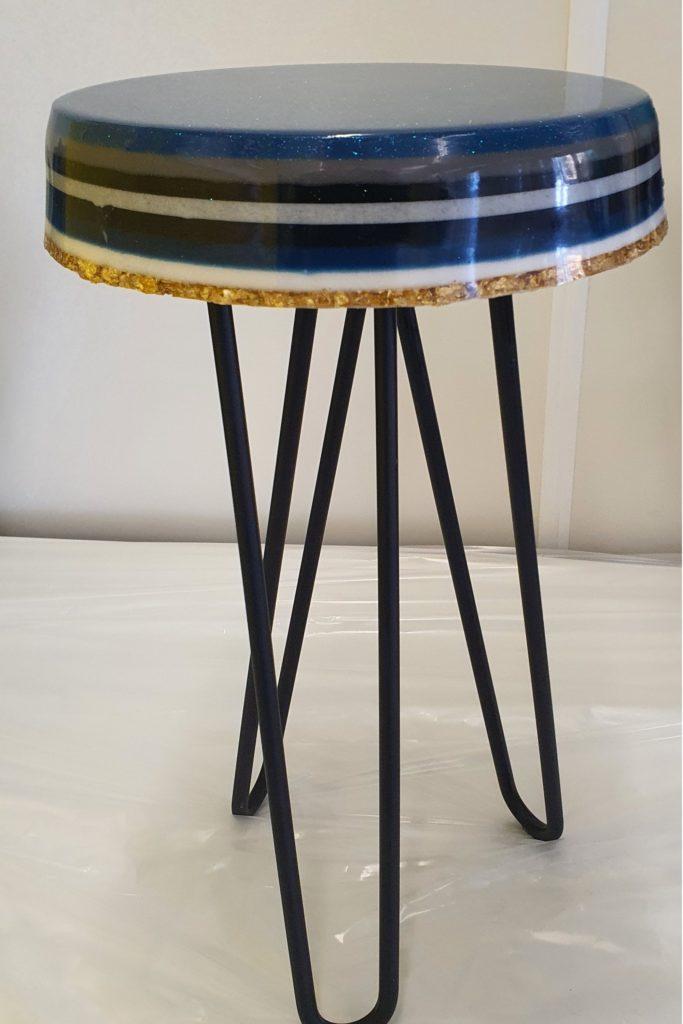 epoxy tafel krukje blauw gestreept Antoynette Anema Epoxykunst resinart